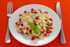 Gekochter Reis mit Gemüse Stockfoto