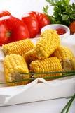 Gekochter Zuckermaispfeiler auf weißem Behälter lizenzfreies stockbild
