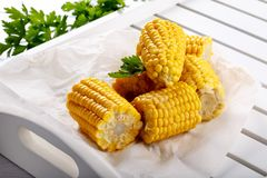 Gekochter Zuckermaispfeiler mit Butter und Salz stockfotos