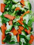 Gekochtes broccoil und Karotte mischten zusammen auf Draufsicht Stockfotos