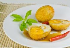 Gekochtes Ei briet mit Tamarindesoße Stockbild