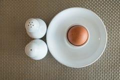 Gekochtes Ei in einem Eierbecher Stockbild