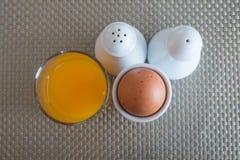 Gekochtes Ei in einem Eierbecher Lizenzfreie Stockbilder
