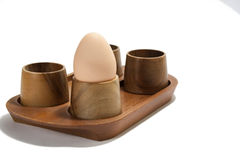 Gekochtes Ei im hölzernen Halter Stockfoto
