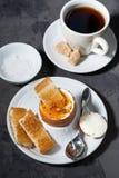 Gekochtes Ei, Tasse Kaffee und knusperiges Brot, Draufsicht Lizenzfreies Stockfoto
