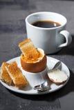 Gekochtes Ei, Tasse Kaffee und knusperiges Brot, vertikal Lizenzfreies Stockfoto