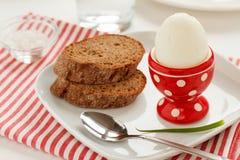 Gekochtes Ei und Brot Lizenzfreie Stockfotos