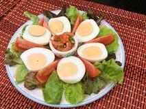 Gekochtes Eigelb mit Tomate und Kopfsalat diente mit Fischen und Chili-Sauce Lizenzfreie Stockfotos
