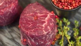 Gekochtes Fleisch, appetitanregende Rippen und Medaillons werden auf einem Behälter gedient stock footage