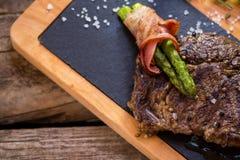 Gekochtes Fleisch auf einem Brett lizenzfreies stockfoto