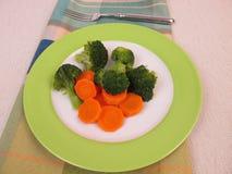 Gekochtes Gemüse mit Karotten und Brokkoli Lizenzfreies Stockfoto