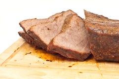 Gekochtes, geschnittenes roastbeef auf einem hölzernen Vorstand Lizenzfreies Stockfoto