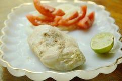 Gekochtes Huhn, das Sojasoße mit fettarmem Gemüseprotein für Gestaltmuskellebensmittel auf Platte zurechtmacht Lizenzfreie Stockfotos