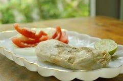 Gekochtes Huhn, das Sojasoße mit fettarmem Protein des Salats für Gestaltmuskellebensmittel auf Platte zurechtmacht Stockbilder