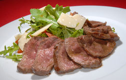 Gekochtes Rindfleisch mit rukkola Lizenzfreies Stockbild