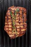 Gekochtes Steak auf Grillwanne lizenzfreies stockbild