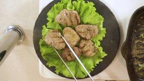 Gekochtes Steak des zarten Lendenstücks auf der Platte Spurhaltung des Schusses stock video