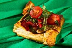 Gekochtes und gebratenes Huhn auf goldenem Blätterteig Stockbild