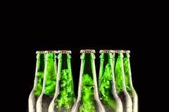 Gekoeld Bier Gebrouwen bier in flessen op een zwarte achtergrond Royalty-vrije Stock Fotografie