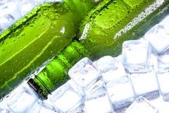 Gekoeld bier in ijs! stock afbeelding
