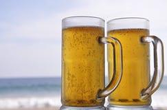 Gekoeld bier op een zonnige dag bij het strand Stock Foto's