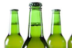 Gekoeld bier op witte achtergrond Stock Foto's