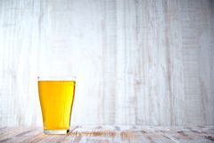 Gekoeld glas licht bier op een houten lijst Volledig glas bier De ruimte van het exemplaar lichte alcoholische drank royalty-vrije stock afbeelding