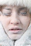 Gekoeld vrouwelijk gezicht dat in ijs wordt behandeld royalty-vrije stock fotografie