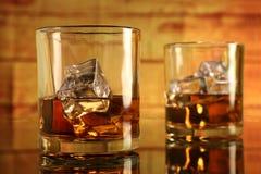 Gekoeld Whiskyglas met Ijsblokjes Stock Afbeeldingen