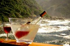 Gekoeld wijnfles en glas op terrase opnieuw royalty-vrije stock afbeeldingen
