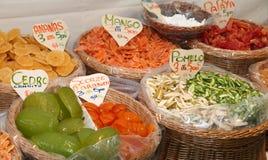 Gekonfijte vrucht in de marktmand in zuidelijk Italië Stock Fotografie
