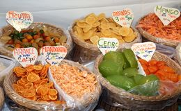 Gekonfijte vrucht in de marktmand in zuidelijk Italië Stock Foto's