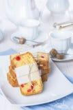Gekonfijte vruchtencake met thee en koffie voor ontbijt Stock Afbeeldingen
