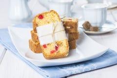 Gekonfijte vruchtencake met thee en koffie voor ontbijt Stock Fotografie