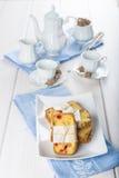 Gekonfijte vruchtencake met thee en koffie voor ontbijt Royalty-vrije Stock Fotografie