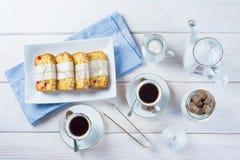 Gekonfijte vruchtencake met thee en koffie voor ontbijt Stock Afbeelding