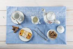 Gekonfijte vruchtencake met thee en koffie voor ontbijt Royalty-vrije Stock Afbeeldingen