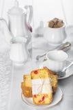 Gekonfijte vruchtencake met thee en koffie voor ontbijt Stock Foto