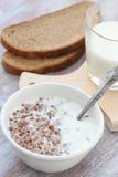 Gekookt boekweit met melk stock afbeelding