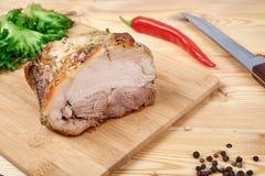 Gekookt braadstukvarkensvlees met salade en kruiden royalty-vrije stock afbeelding