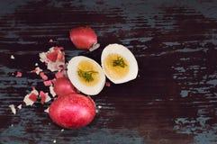 Gekookt die ei in de helft wordt gesneden die op de oude blauwe lijst liggen Stock Foto's