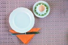 Gekookt ei en het plaatsen voor ontbijt stock afbeelding