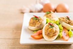 gekookt ei met fijngehakt varkensvlees stock afbeelding
