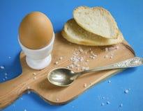 Gekookt ei op een houten raad Royalty-vrije Stock Foto's