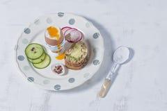Gekookt Eieren en Volkorenbrood en Groenten op Witte Plattelander royalty-vrije stock fotografie