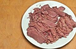 Gekookt, gesneden, het borststuk van het graanrundvlees, op een ronde, witte plaat, niet een bamboe, houten, scherpe raad royalty-vrije stock foto