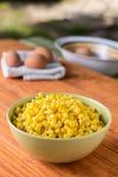 Gekookt graan in de kom met gekookte eieren op de achtergrond stock afbeelding