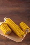 Gekookt graan op gesneden raad stock fotografie