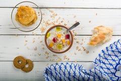 Gekookt havermoutpaphavermeel in een kom op houten witte achtergrond Ingrediënten voor het koken royalty-vrije stock fotografie