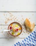 Gekookt havermoutpaphavermeel in een kom op houten witte achtergrond Ingrediënten voor het koken royalty-vrije stock foto
